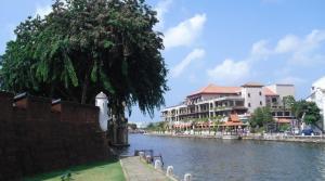 Pemandangan di tepi sungai dengan meriam kuno