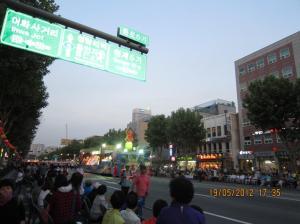 Sejak sore masyarakat sudah duduk dan menunggu festival lampion di tepi jalan. Sumber foto: Dokumen pribadi