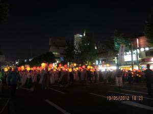 Parade berlangsung hingga malam hari sehingga semakin terlihat cahaya dan kemeriahan lampion. Sumber foto: Dokumen pribadi