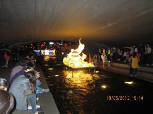Sungai Cheonggyecheon juga dipenuhi antusiasme warga menyaksikan keindahan lampion di sini. Sumber foto: Dokumen pribadi