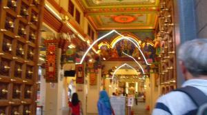 Arsitektur dalam Sri Mariamman Temple di Chinnatown, Singapura. Perhatikan ada batas suci dan juga biaya bila kita ingin mengambil foto. Sumber foto: Dokumen pribadi