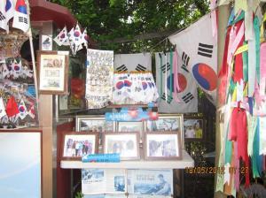 Terdapat sejumlah foto, nama dalam aksara Korea dan bendera Korea Selatan. Sumber foto: Dokumen pribadi